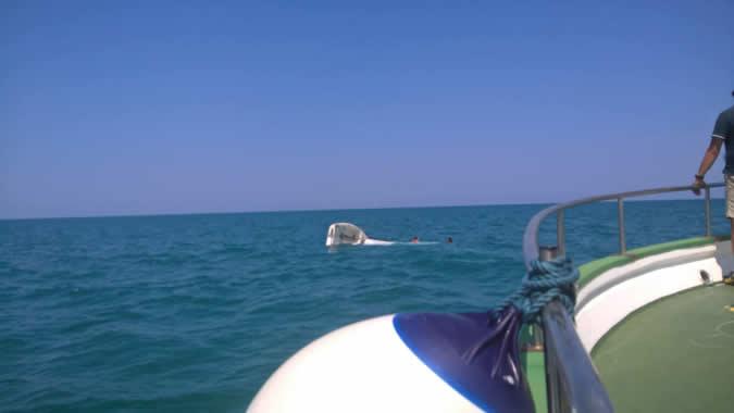 La motonave Ermione durante il soccorso in mare