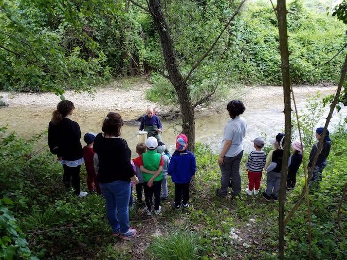 Foto dei ragazzi nei pressi del fiume